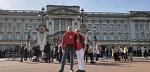 Claudia und Enne bringen Farbe in das trübe Londoner Grau. Hier am Buckingham Palace...