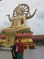 Man könnte meinen, der Big Buddha auf Koh Samui (Thailand) lächelt noch ein wenig mehr, beim Anblick von Jennifer und Marcel im RWE-Dress!