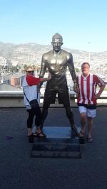 Wenn wir jedem, überdurchschnittlich guten Fußballer, im Rot-Weiß eine Bronze hinstellen würden, würde bei uns der Platz eng werden. Icke und Esel zeigen, dass es auf Madeira wohl noch üblich ist.