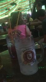 Jenny macht es richtig: so nimmt man seine Getränke auf Malle zu sich !