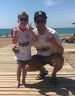 Maxi und Akki zeigen hier, wie man in der Türkei an den Strand geht.