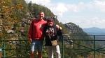 Öli und Kirsten haben das Prebischtor (Tschechien) erklommen, natürlich in RWE-Kluft.