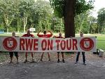 Voller Stolz präsentieren unsere Freunde vom TuS Drakenburg Hühnchen, Schnulle, Sven, Matze und Wastel unser legendäres RWE ON TOUR Banner